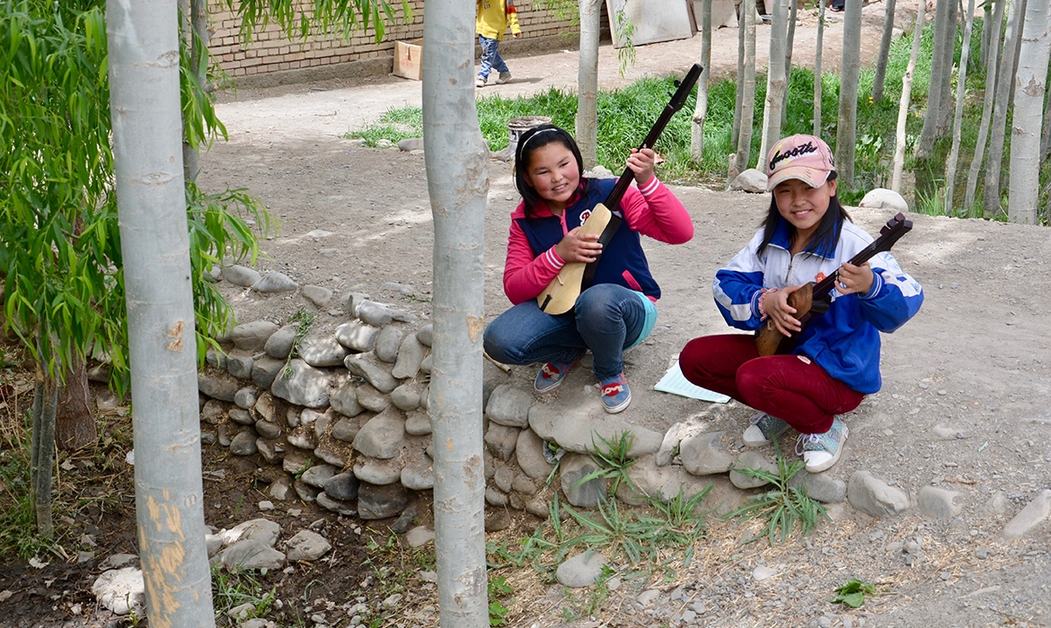 Kyrgyz-school-girls-learning-to-play-traditional-instruments_Atush-Xinjiang