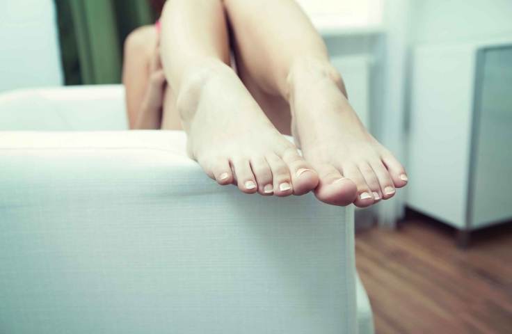 A woman hangs her feet out of the bathtub. Photo: Frank Vex/Unsplash
